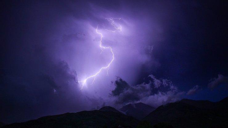 Víkendové počasí: Nejdřív úmorná vedra, pak šílená bouře Ellen. Hrozí i krupobití