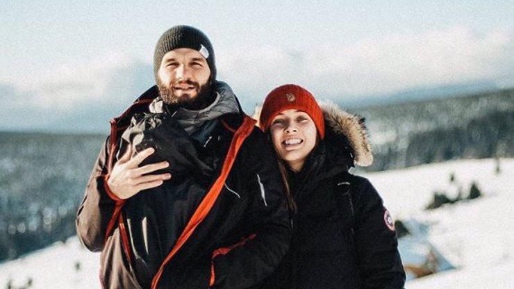 Rozjásaná Tereza Voříšková vyrazila s rodinkou na hory a ukázala život s akrobatem