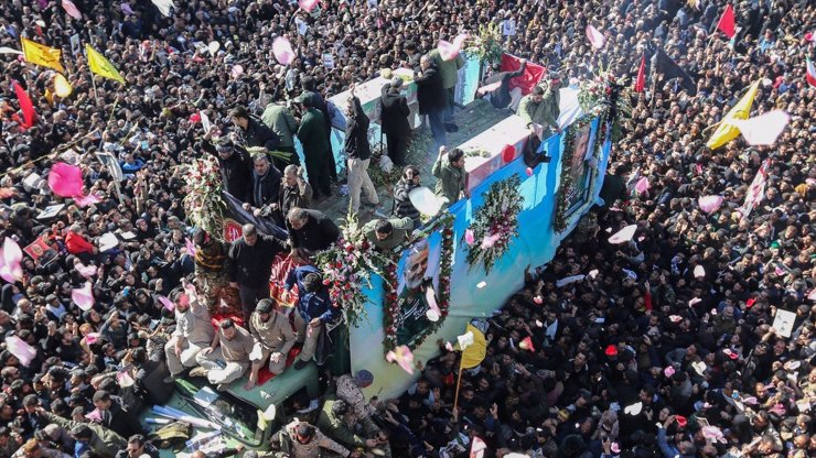 Pohřeb generála Sulejmáního v rodném městě: Dav ušlapal už 35 lidí