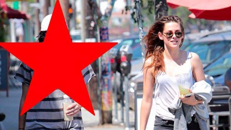 Věčně zpruzená herečka Kristen Stewart má nový objev a konečně se směje. Nebudete věřit, kdo to je