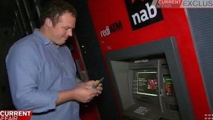 Barman objevil chybu v bankomatech a stal se milionářem! Za své počínaní však tvrdě zaplatí