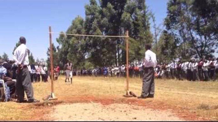 Středoškolský tělocvik v Keni: Sledujte video, kde kluci skáčou 1,80 metru vysoko