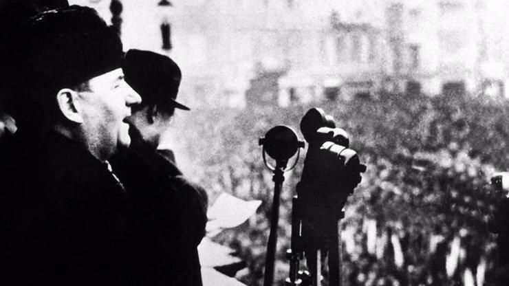 Komunistická strana slaví sto let: Od vzývání dělníků po podporu miliardáře