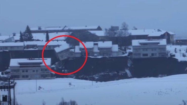 Domy padaly jako krabičky od zápalek: Po sesuvu půdy je 12 lidí je nezvěstných