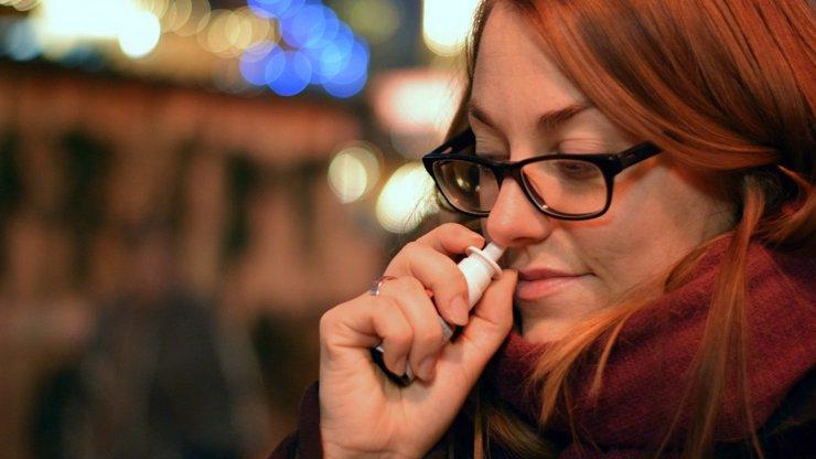 Sprej do nosu, nitrožilně dezinfekci nebo pití alkoholu: Jak chtěli vědci