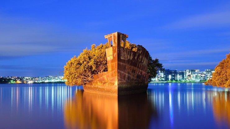 Důstojný pohřeb: Ze sto let staré lodi se stal plovoucí les