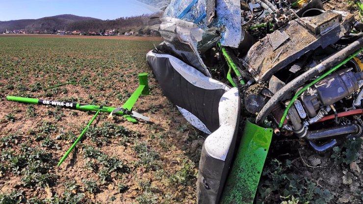 Další tragický pád vrtulníku: Stroj havaroval u Prahy, stálo to dva lidské životy