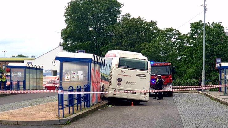 Tragédie ve Slaném: Řidič autobusu najel na zastávce do lidí, dítě to stálo život