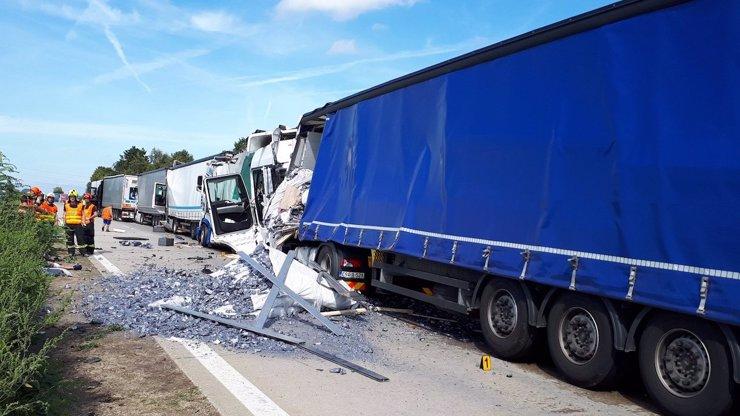 Dva kamiony v sobě, potom dalších šest: Náklaďáky zablokovaly dálnici na Brno