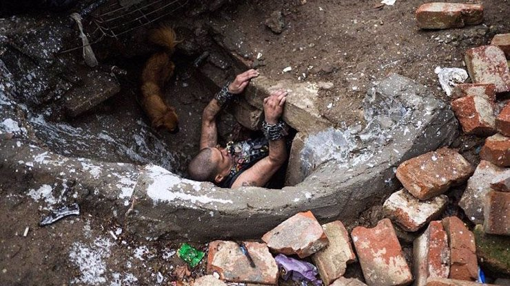 Extrémní život v podzemí: Rumunští narkomani a sirotci našli domov v městské kanalizaci. Podívejte se jim do obýváku!