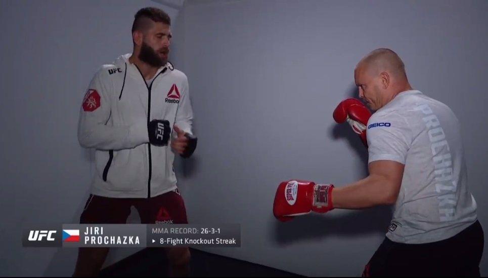 Král je mrtev, ať žije král! Vémola přišel pogratulovat Procházkovi po vítězném debutu v UFC
