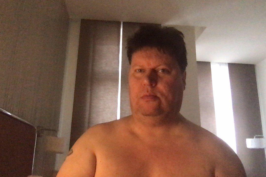 Dominiko, uteč! Sexuální predátor Timo láká slečny na hotel a tahá z nich nahé fotky