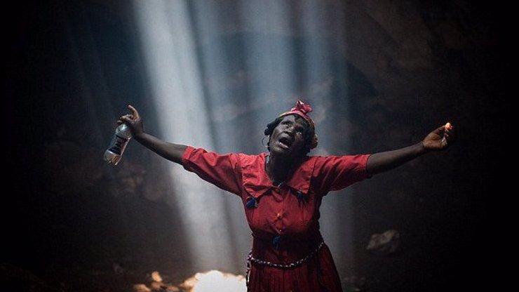 Tajemné voodoo rituály na Haiti: 10 fotografií zachycujících kněze i kněžky při zaklínání duchů a přinášení obětí