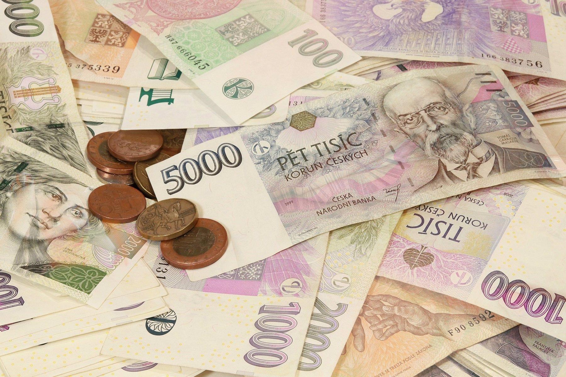 Březen přináší velké změny: Vyšší platy pokladních, ale také dražší elektřina
