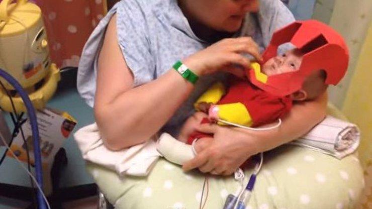 Dojemné video: Tatínek svému předčasně narozenému synovi vyrobil na Halloween speciální masku