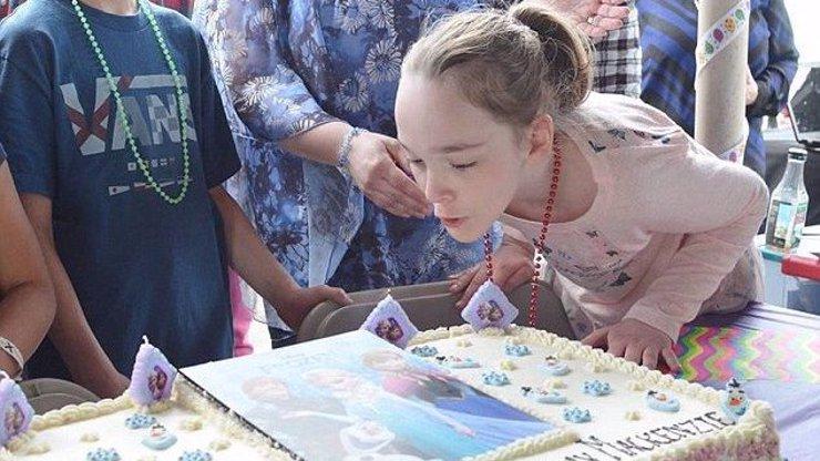 Na oslavu narozenin nemocné dívky nejdříve nikdo nepřišel. Díky Facebooku nakonec dorazily stovky lidí!