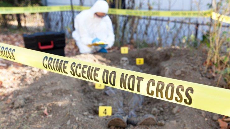 Brutální čin: Znásilnil a škrtil startovacími kabely od auta dívku (13), poté ji zaživa pohřbil