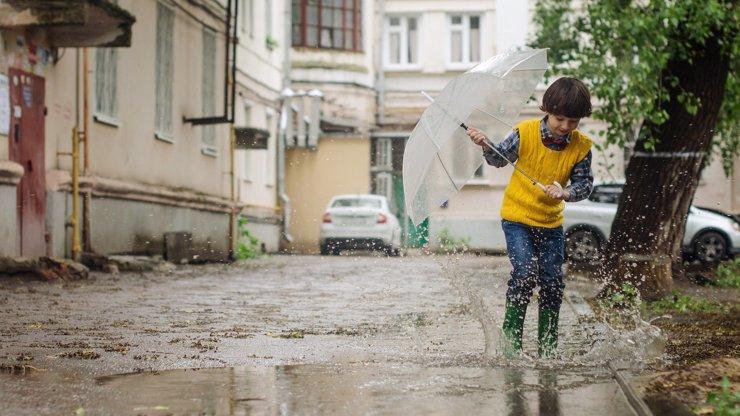 Týdenní předpověď počasí: Do školy pošlete děti s deštníkem či v pláštěnkách, přijdou i bouřky