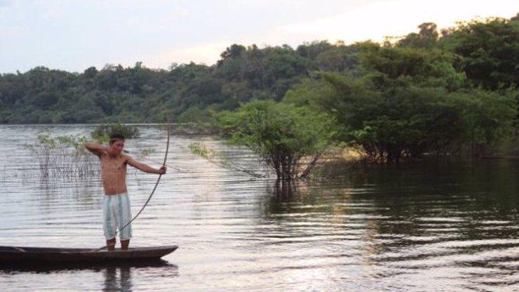 Pro medaili všechno: Brazilští trenéři nahánějí amazonské indiány z džungle, aby vyhráli zlato na olympiádě! Co je to za kšeft?