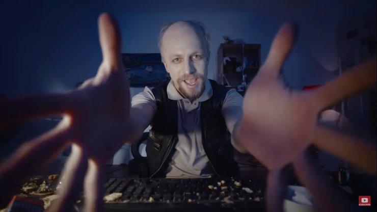 Tomáš Klus složil píseň k dokumentu V síti: Holčiček se v ní ptá, jestli je doma máma
