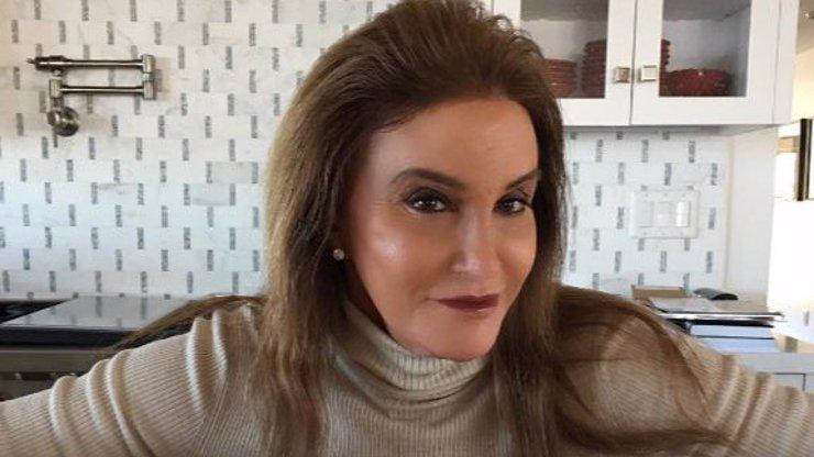 Udělala svému penisu papa! Z táty Kardashianek je už úplná ženská se vším všudy!