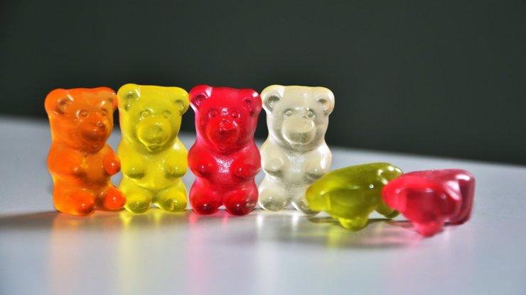 Gumový medvídek v břiše nabobtná až do velikosti 20 centimetrů, co na to dětský organismus?