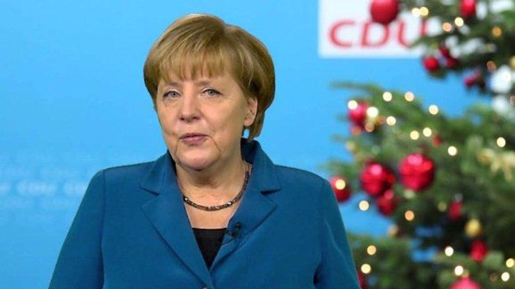 Dva migranti chtěli Angele Merkel poslat balíček. Pošťačka na ně zavolala policii!