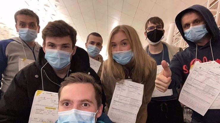 Partička Čechů a Slováků zachráněna z Číny: Cestovali v letadle s nákazou, jsou v karanténě