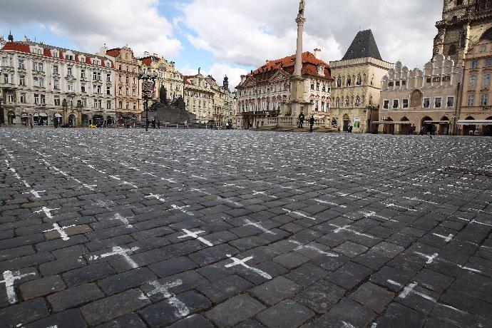 Kříže k obětem covidu-19 na Staroměstském náměstí.