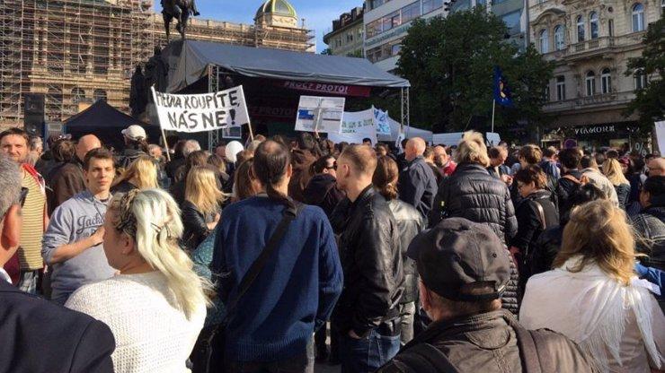Žádné rozestupy a roušky jen výjimečně: V Praze protestovaly stovky lidí proti vládním opatřením