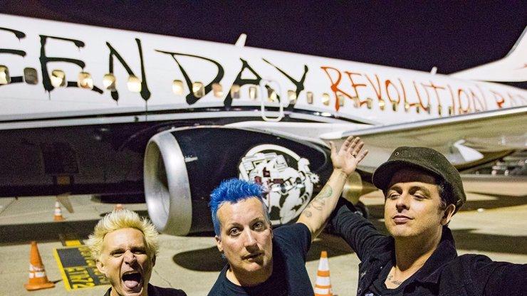Partička Green Day jsou pořád pankáči, televize je musela vypípat