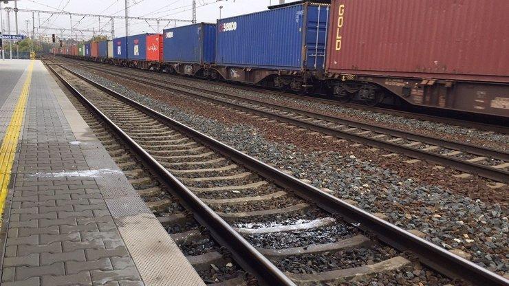 Dvojitá sebevražda: Kamarádky (†18 a †19) si v Pivíně lehly na koleje a nechaly se přejet