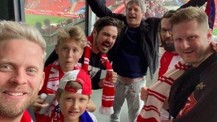 Mistrovská Slavia: Hvězdy v Edenu křepčily v hledišti, Prachař se nechal potetovat