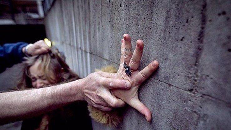 Bestiální znásilnění v Havlíčkově Brodě: Na dívce se střídala skupina cizinců
