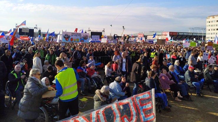 Demonstraci zakončila státní hymna: Proti Babišovi se na Letné sešlo 300 tisíc lidí