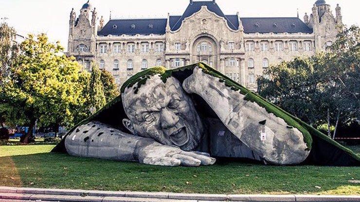 V Budapešti mají vážně šíleně zajímavou sochu! Obr jim tam vylézá ze země! Podívejte se!
