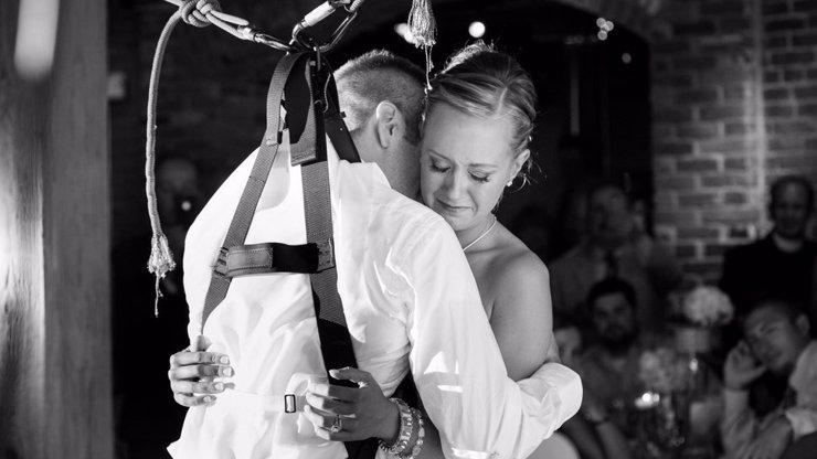 Příběh, co rozplakal svět: Vozíčkář na své svatbě vstal, aby si mohl zatančit s manželkou