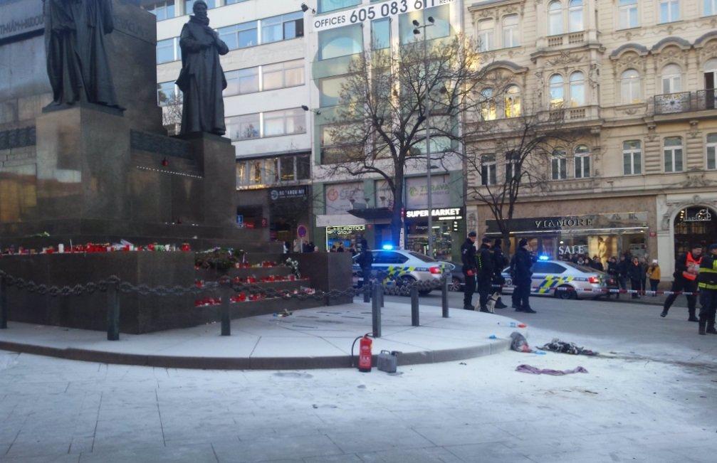 Boj o holý život: Popálený muž z Václaváku je v kritickém stavu, může zemřít!
