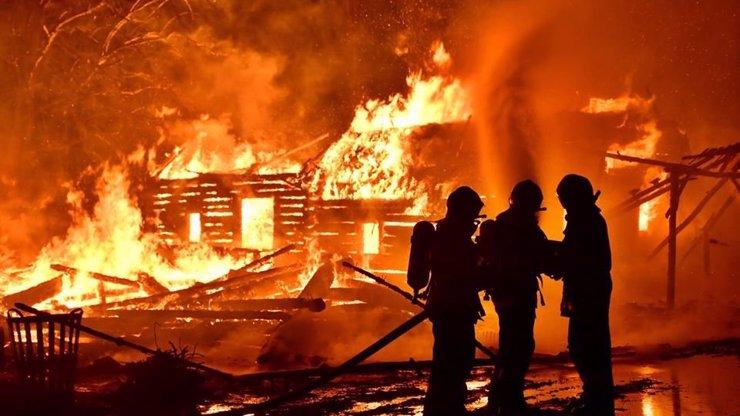 Pražský skanzen Řepora zachvátil rozsáhlý požár. Krátce před jednáním o pomníku vlasovcům