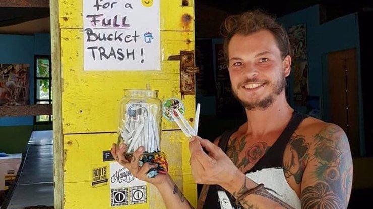 Originální řešení problému s odpadem: Za úklid pláže rozdával muž turistům jointy
