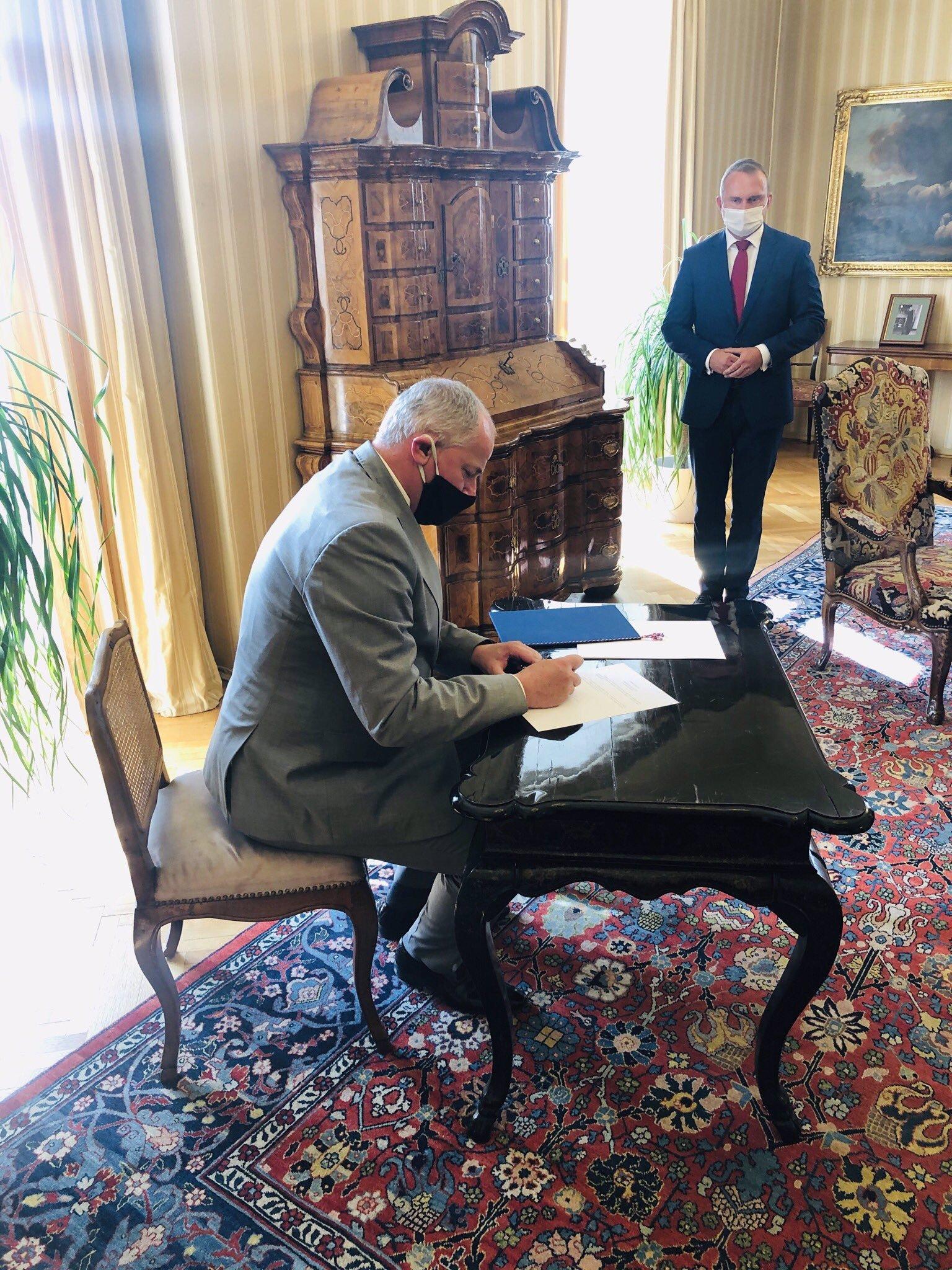 Miloš Zeman vyznamená Prymulu a apeluje na občany: Zdvihněte ty zadky a běžte volit