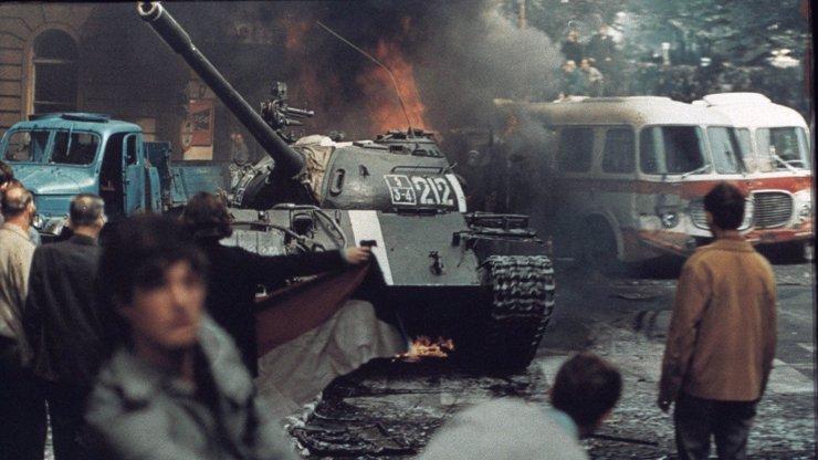 Výročí okupace Československa: Desítky let utajované záběry ukazují strach i odvahu
