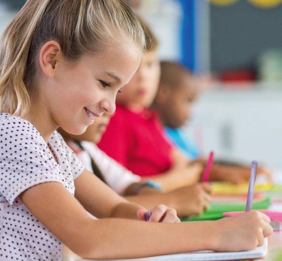 Děti nás nakazí a my skončíme na JIP, bojí se učitelé. Školy otevřete v září, doporučují experti