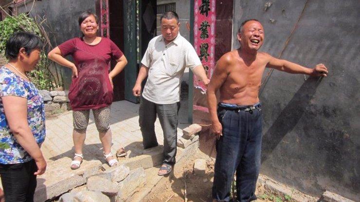Tohle se může stát jen v Číně! Dva mrtví a tři zranění, když se snažili vyndat mobil, neuvěříte odkud!