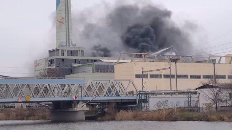 Kolínem otřásl masivní výbuch elektrárny: Na místě zasahuje 18 jednotek hasičů