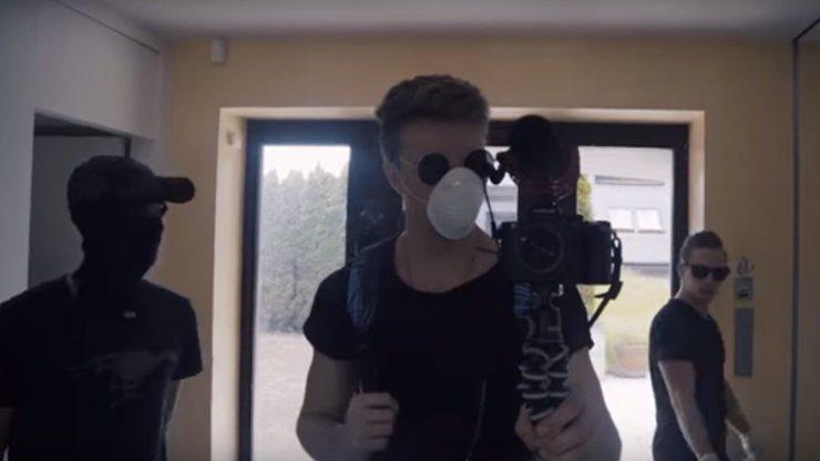 Youtubeři se vloupali do Krejčířovy vily a ukradli tam TREZOR! Teď je řeší kriminálka