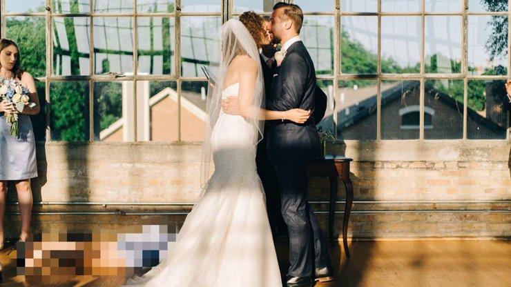 Tohle měla být romantická momentka ze svatby. Co to ale leží u nohou nevěsty? Podívejte se na foto, které baví celý internet!
