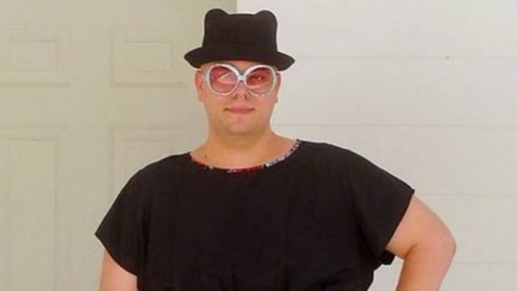 Tenhle chlápek se na internetu proslavil tím, že má opravdu divný smysl pro módu. Chodí v babičkovských dámských šatech!