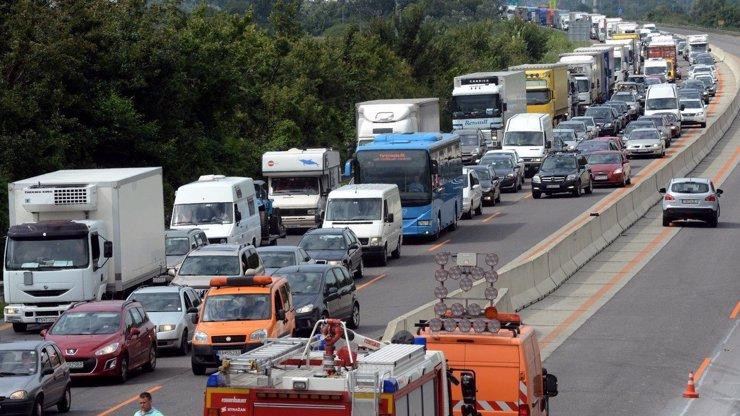 Na D1 je DOPRAVNÍ ARMAGEDON: Babiš vyhání Američany z dálnice, ta stojí