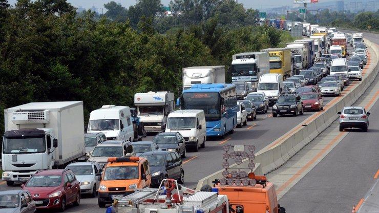Kolaps na D1: Srazily se náklaďáky, řidiči uvázli ve 20kilometrové koloně